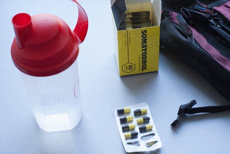 cápsulas colocadas en el escritorio